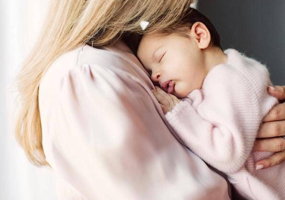 Принцесса Швеции показала первые фото 2-месячной дочки. Такая милая кроха!