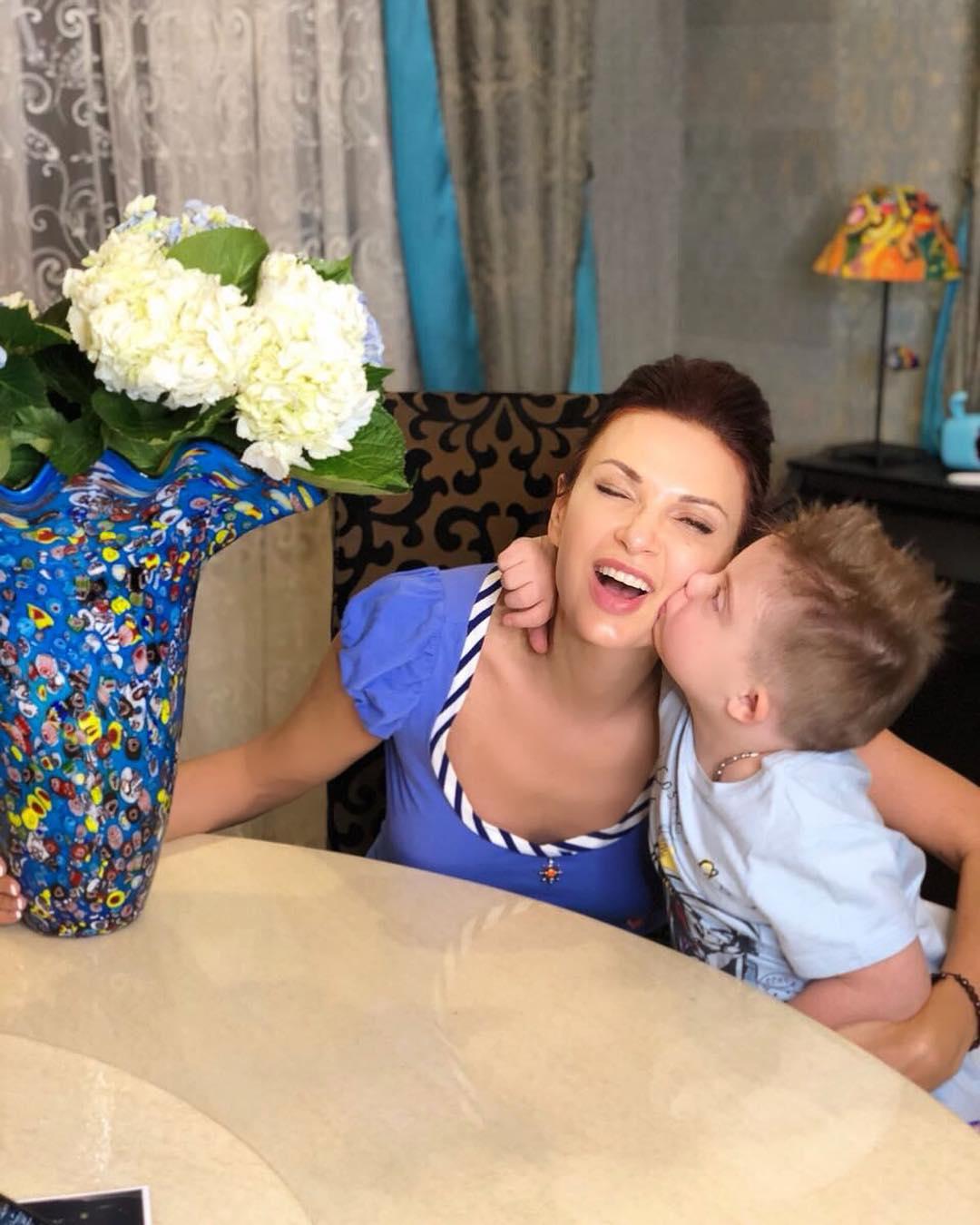 Фанаты отругали Эвелину Бледанс за то, что она кормит сына химией