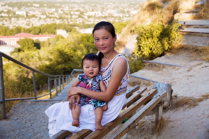 Румынский фотограф показал красоту мам со всего мира: 20 трогательных снимков