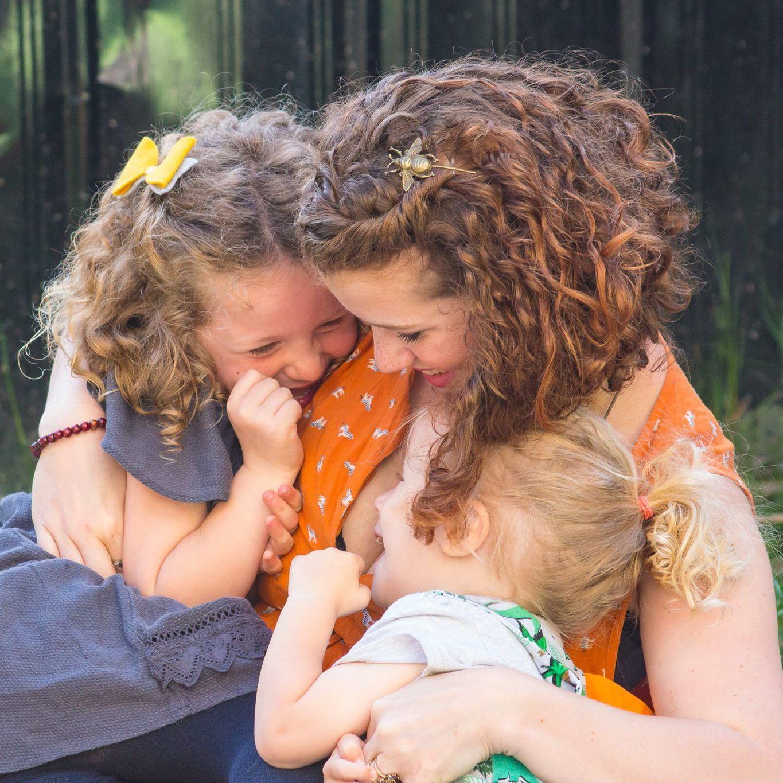 Мама кормит грудью дочку-школьницу и считает, что это правильно