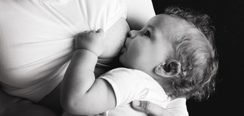 Мама наглядно показала, почему важно корить ребенка грудью, и это не миф