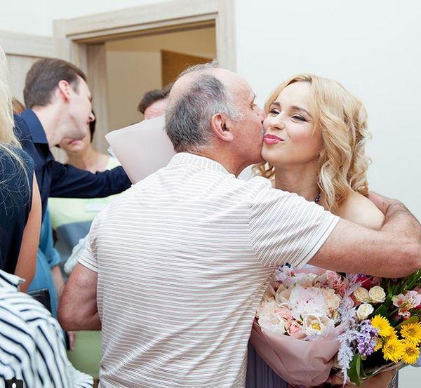 День отца: 10 звезд, которые поделились трогательными фото со своими папочками