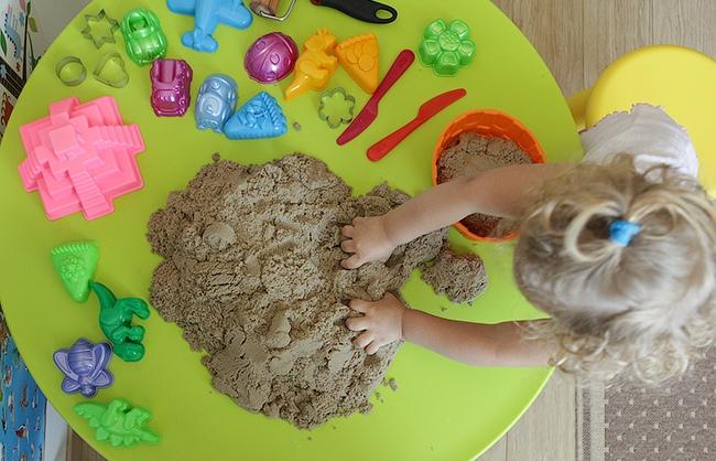 Как сделать кинетический песок своими руками: 5 способов для экономных мам