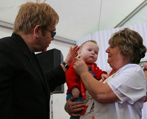 Элтон Джон встретился с мальчиком, которого не смог усыновить 9 лет назад