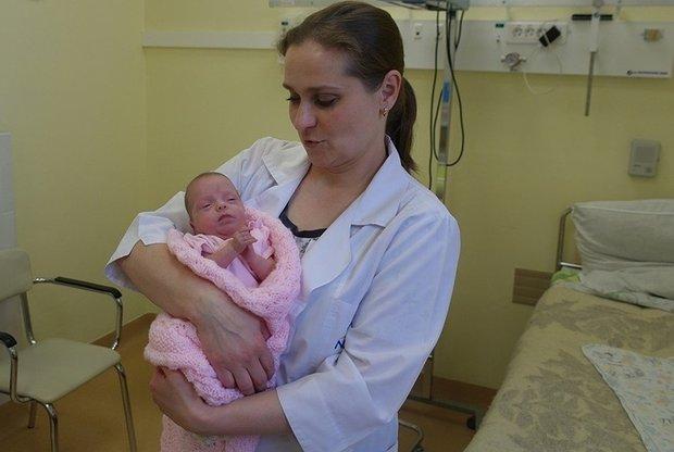 Размером с ладонь!: врачи спасли новорожденную крошку весом всего 370 гр
