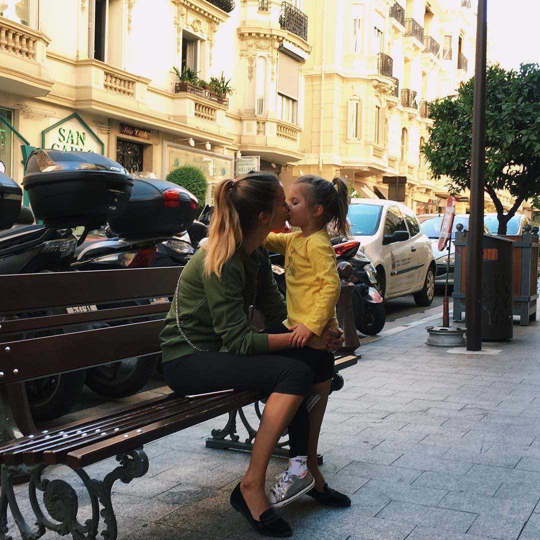 10 звезд, которые целуют своих детей в губы и не стесняются этого