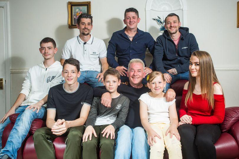 Отец-одиночка воспитывает 8 детей по правилам, составленными умешрей женой