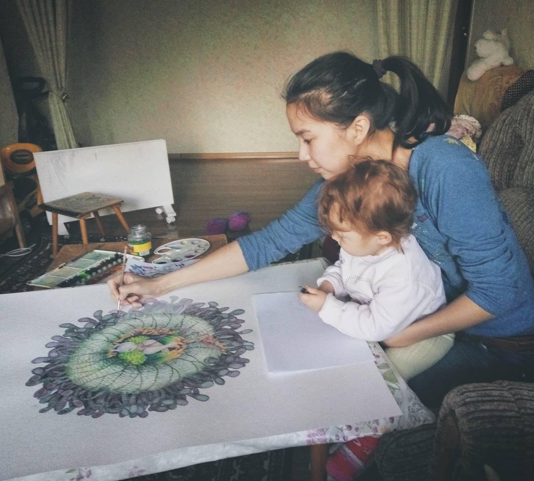 Я рисую свою обычную жизнь: мама забавно о суровых родительских буднях