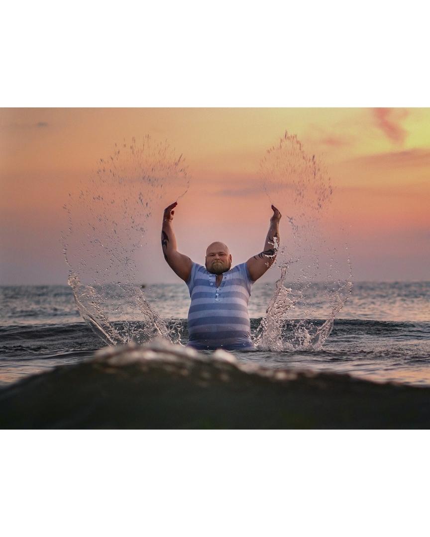 Так фотограф пародирует пляжные фото девушек из Instagram. Это очень смешно!