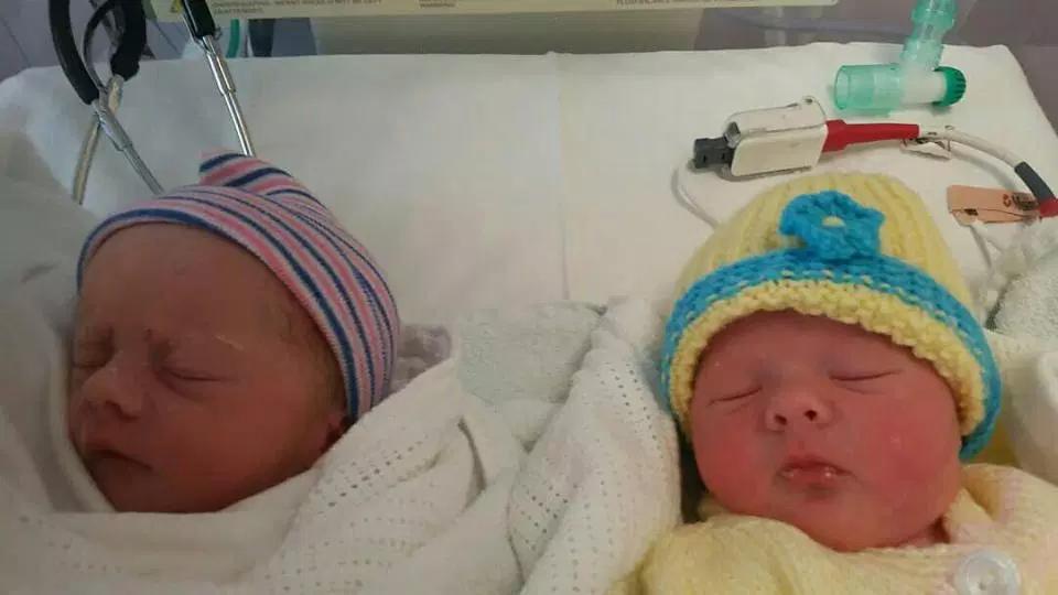 21-летния британка пошла в туалет и родила сразу двух малышей. Близнецы!