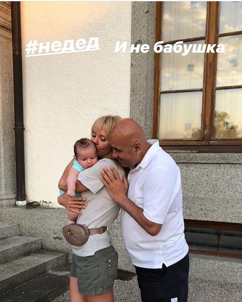 Не внук: Валерия выложила интригующее фото с младенцем на руках