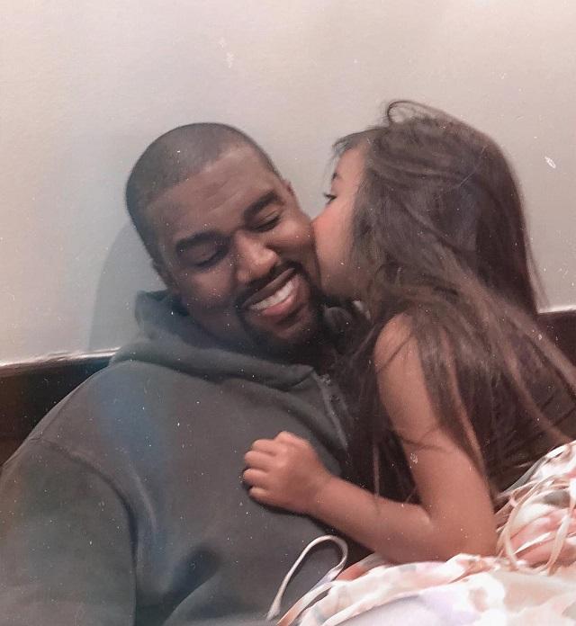 Ким Кардашьян осудили за то, что она выпрямляет волосы дочери