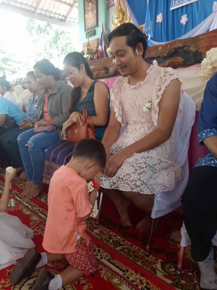 Зачем этот папа-одиночка надел женское платье и пришел в школу к своим детям