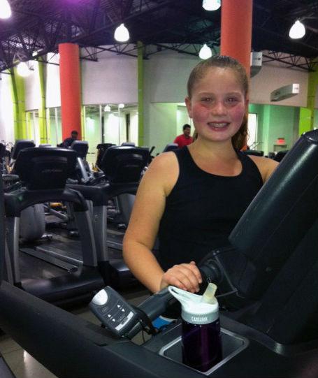 Чтобы не задирали в школе!: мама заставила дочку похудеть на 35 кг в 9 лет