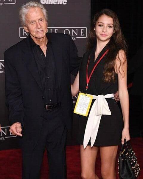 Мне больно и обидно: дочь Майкла Дугласа травят в школе из-за возраста ее папы