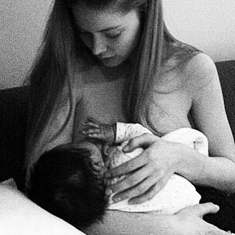 Ангелы Victoria's Secret выложили фото в поддержку грудного вскармливания