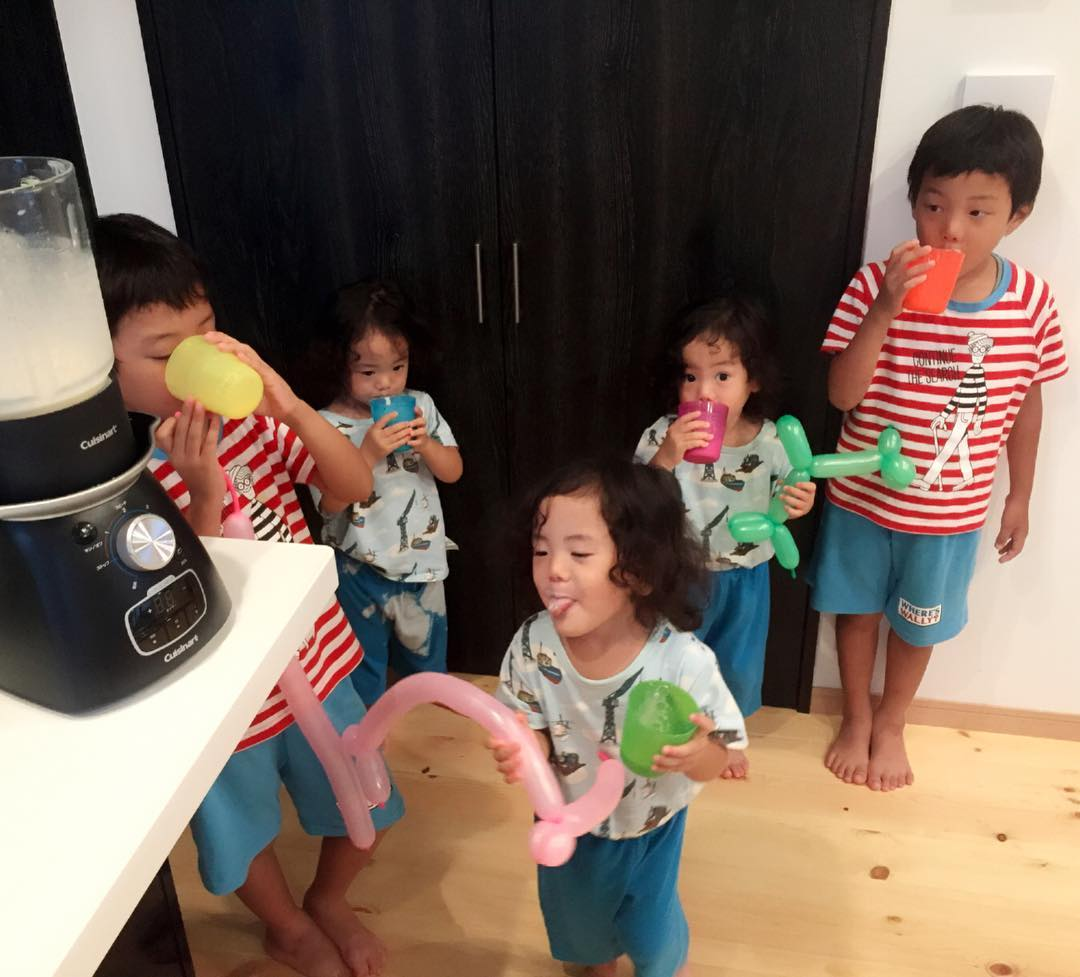 Мама из Японии показывает, что значит жизнь с двойняшками и тройняшками, где все мальчики