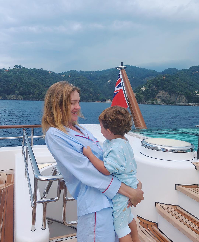 Лето-2018: где и как отдыхают звездные мамы с детьми