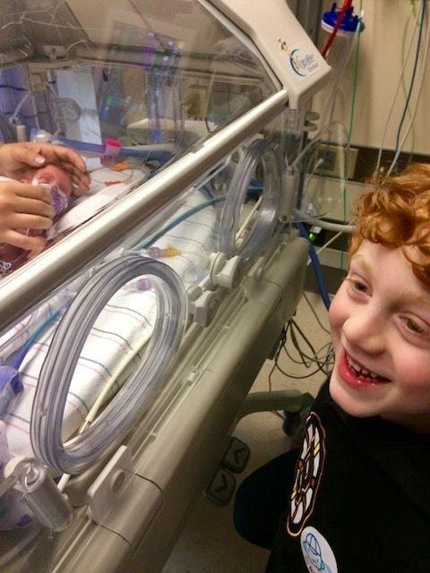 Только посмотрите, как радуется этот мальчик первой встрече с братиком! 10 трогательных фото