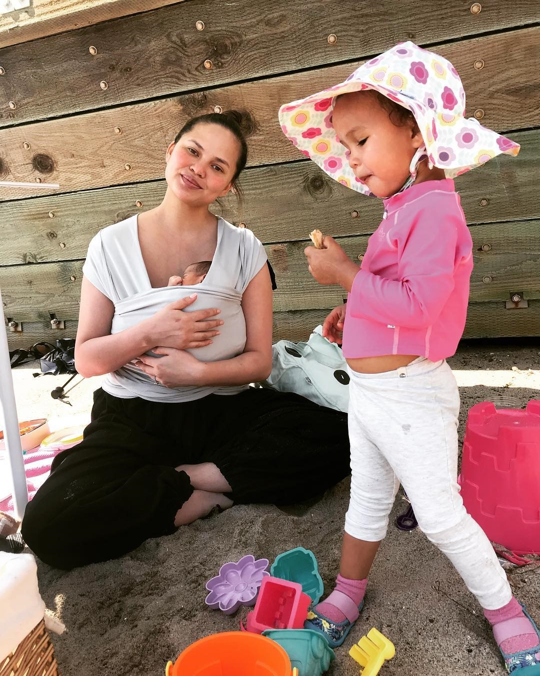 Крисси Тейген бросает карьеру модели, потому что не может похудеть после родов