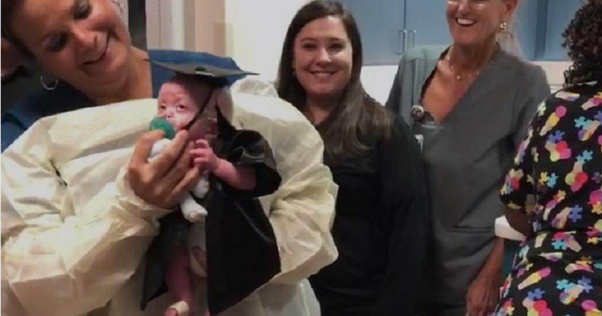 Недоношенного малыша выписали из больницы в костюме выпускника, и это так мило