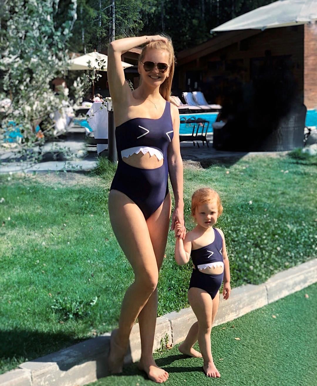 Елена Кулецкая показала фигуру в купальнике спустя 2 недели после родов