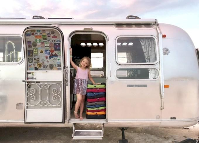 Жизнь на колесах: семья с 4 детьми живет в трейлере, и их это устраивает