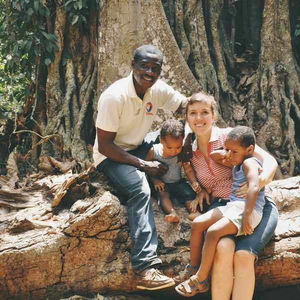 Эту маму в России считают странной, ведь она решила растить детей в Африке