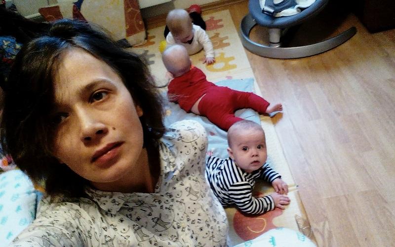 Литры кофе и желание рыдать: 35-летняя мама тройни — о том, как справляется с детьми