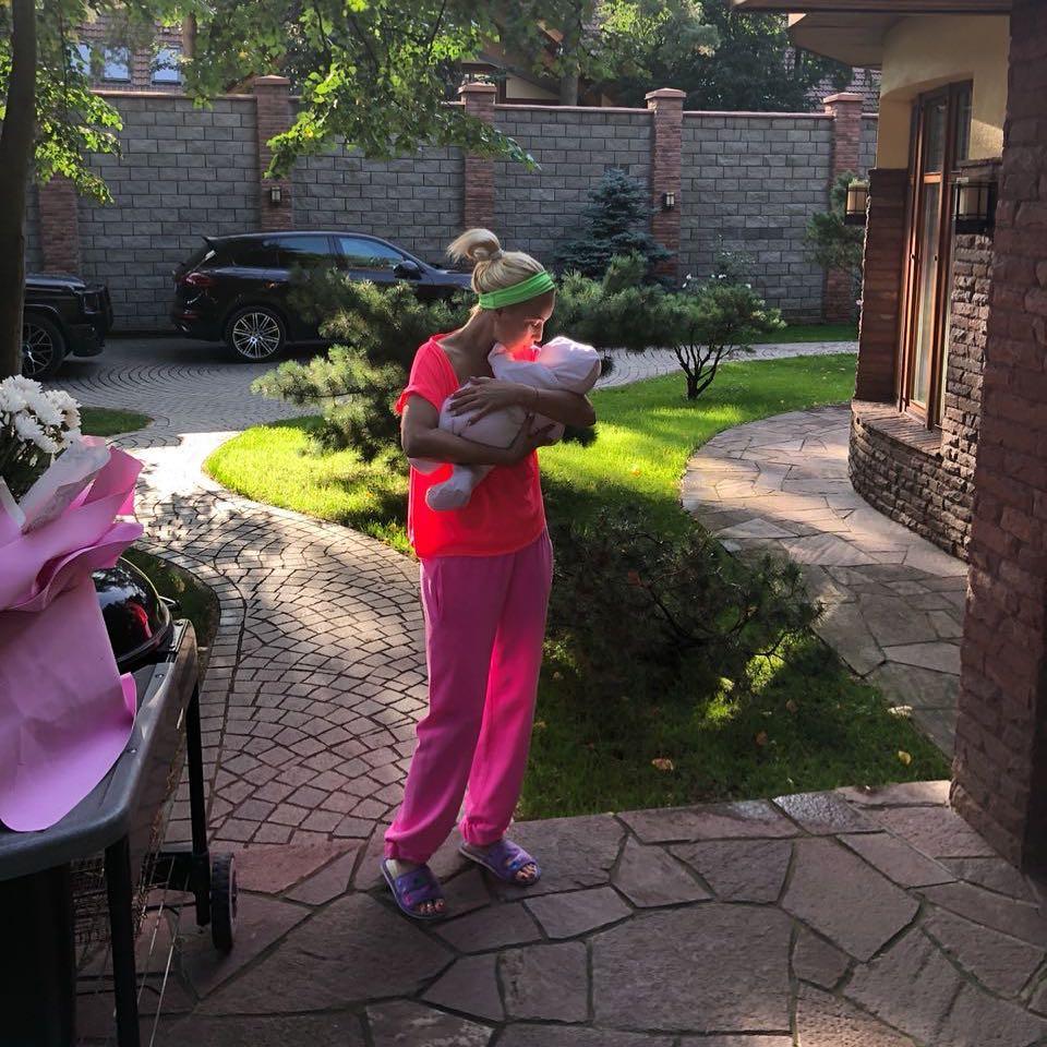 Лера Кудрявцева так устала быть мамой, что уснула прямо в кроватке дочери (фото)