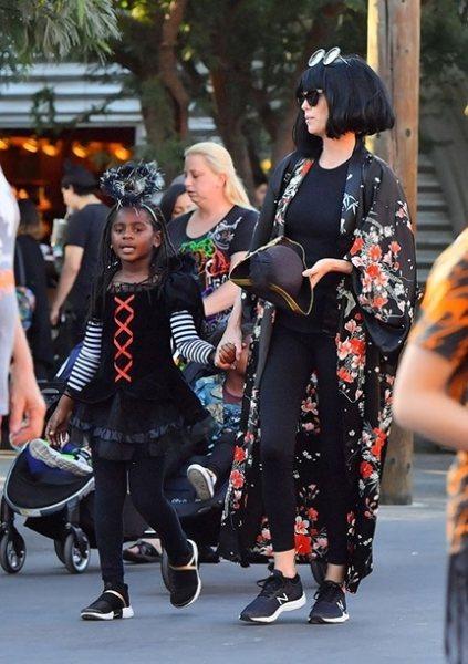 Шарлиз Терон опять одела сына в платье и назвала его дочерью