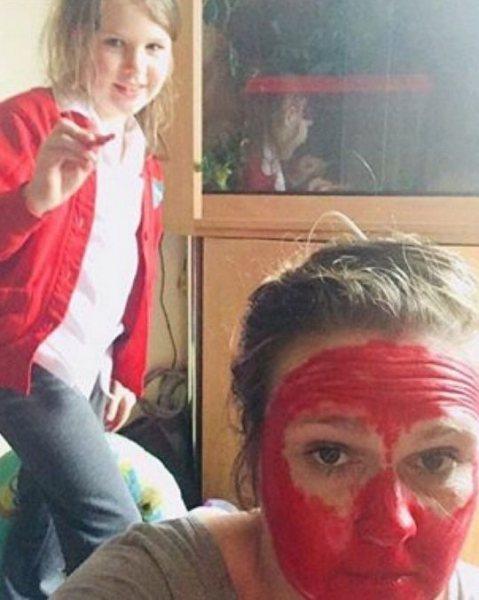 Дочь сделала маме макияж на Helloween красной помадой, которая не смывается (вообще!)