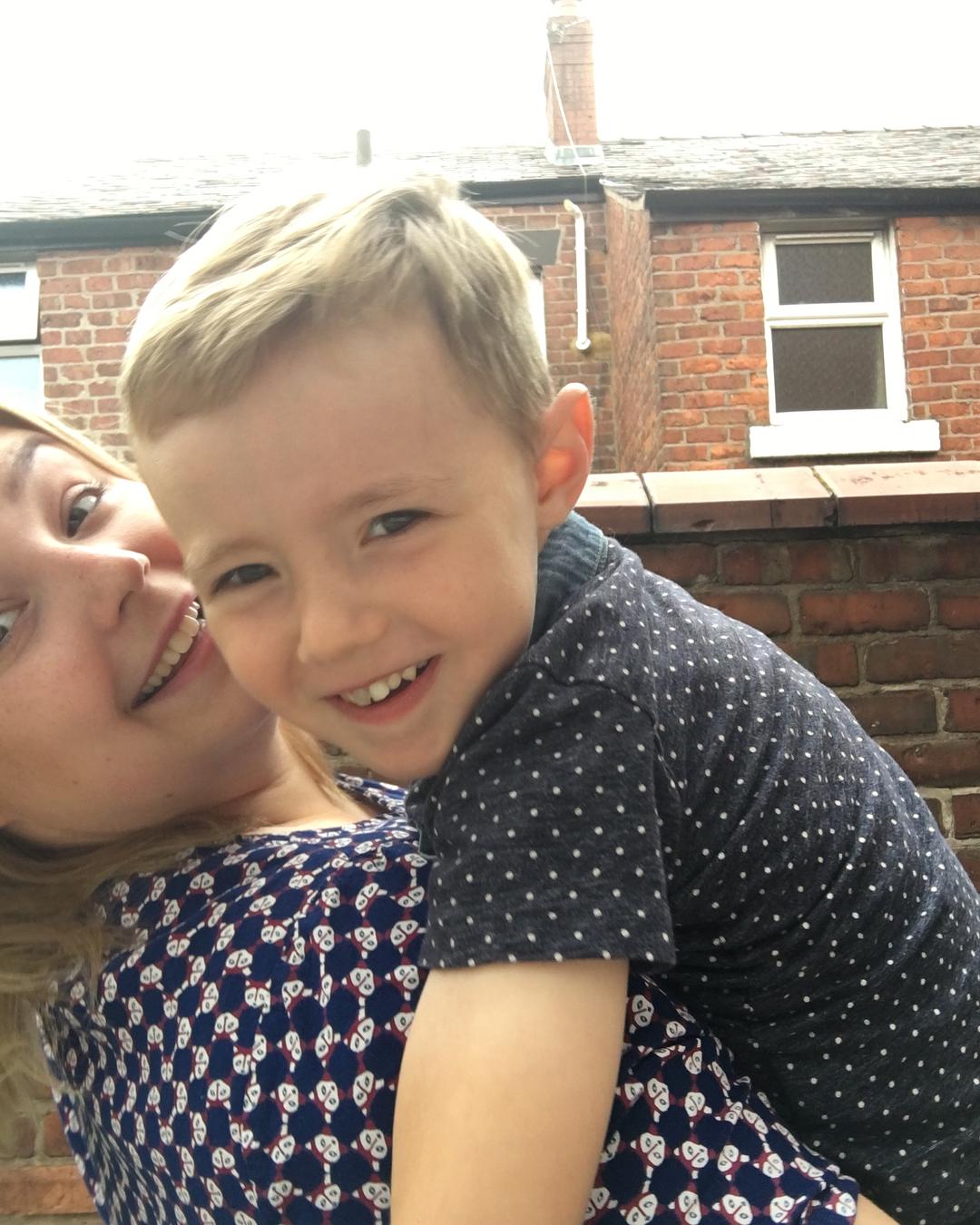 Британка кормит 5-летнего сына грудью и считает, что «это нормально»