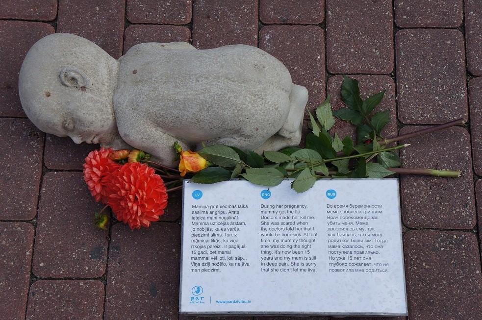 Этот памятник нерожденным детям в Риге пробирает до глубины души