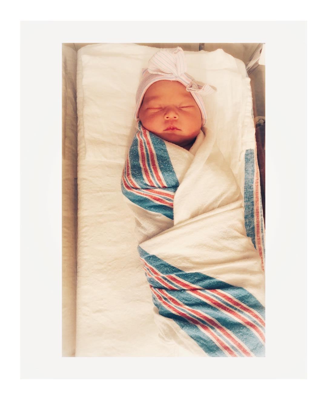 Кейт Хадсон выложила первое фото дочери, которой только 4 дня